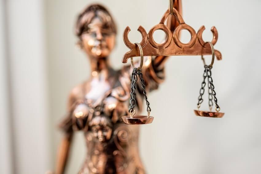 Aizstāvības un pārstāvības nodrošināšana administratīvā pārkāpuma procesā iestādē un tiesā
